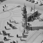 Schwarz-Weiß-Foto in Vogelperspektive des Marktplatzes mit Roland.